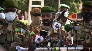 Le colonel Assimi Goïta (au centre), chef de la junte au pouvoir au Mali, le 22 septembre 2020.