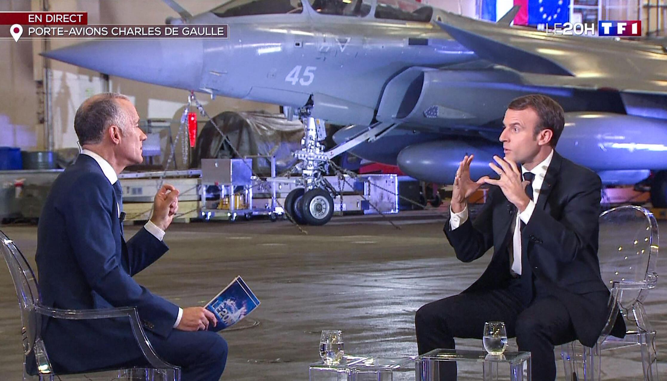"""Президент Макрон дает интервью телеканалу TF1 на борту авианосца """"Шарль де Голль"""" 14 ноября 2018."""