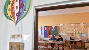 Một phòng phiếu trong một trường trung học ở Vinicne