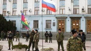 Казаки охраняют здание Совета министров Крыма в Симферополе