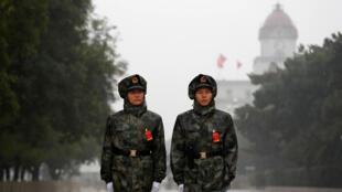 Lính canh bên ngoài Đại Sảnh Đường Nhân Dân, trong ngày khai mạc Đại Hội Đảng Cộng Sản Trung Quốc 18/10/2017.