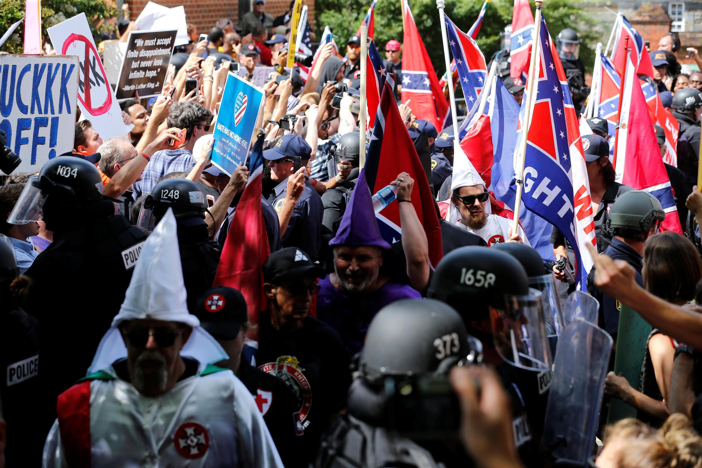 Des membres du Ku Klux Klan manifestent sous la protection de la police et sous les yeux d'opposants antiracistes venus en nombre le 8 juillet 2017 à Charlottesville (image d'illustration).