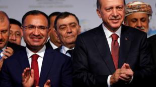 Bộ trưởng Tư Pháp Thổ Nhĩ Kỳ Bekir Bozdag (T) và tổng thống Tayyip Erdogan (P) tại một Hội Nghị Quốc Tế về Luật ở Istanbul, ngày 17/10/2016.