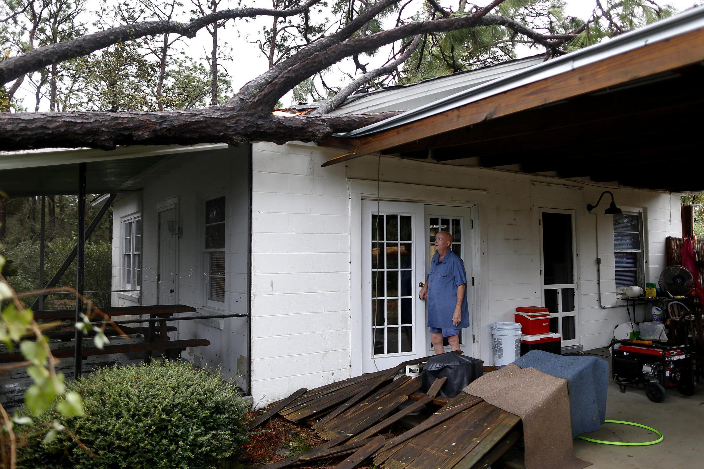 Andrew Lamonica, residente de Panama City, Florida, examina su casa tras el paso del huracán Michael, el 10 de octubre de 2018.