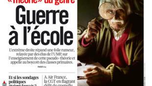 """""""Guerra na escola"""", diz a manchete do jornal progressista Libération sobre o movimento de pais que rejeitam a nova pedagogia do governo para lutar contra a desigualdade entre homens e mulheres."""