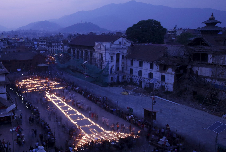 Người dân Nepal xếp nến hình tháp Dharara và đền Kasthamandap nhân kỷ niệm một năm trận động đất, Kathmandu, ngày 24/04/2016.