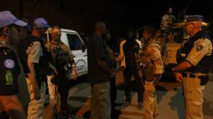 Des policiers maliens et onusiens patrouillent dans les rues de Gao le 16 février 2017.