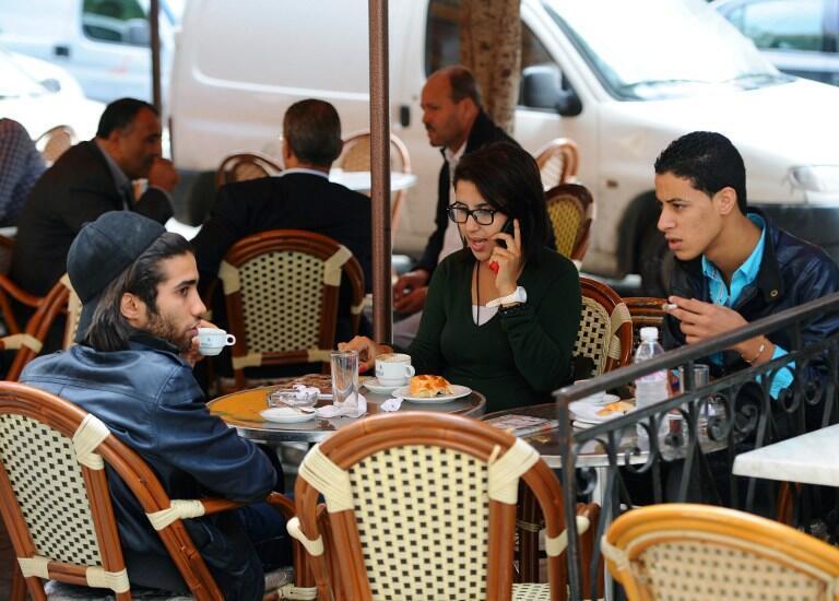 De jeunes Tunisiens attablés à un café de la capitale.