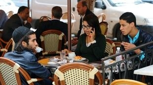 De jeunes Tunisiens attablés à un café. Plus de 7 millions d'électeurs inscrits sur les listes électorales sont appelés à choisir parmi 26 candidats le chef de l'État tunisien dimanche 15 septembre. (Image d'illustration)