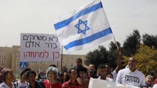 Manifestation de soutien aux migrants africains à Jérusalem ce mardi 3 avril 2018 après que Benyamin Netanyahu ait fait volte face sur son plan de réinstallation des migrants africains sous l'égide de l'ONU.