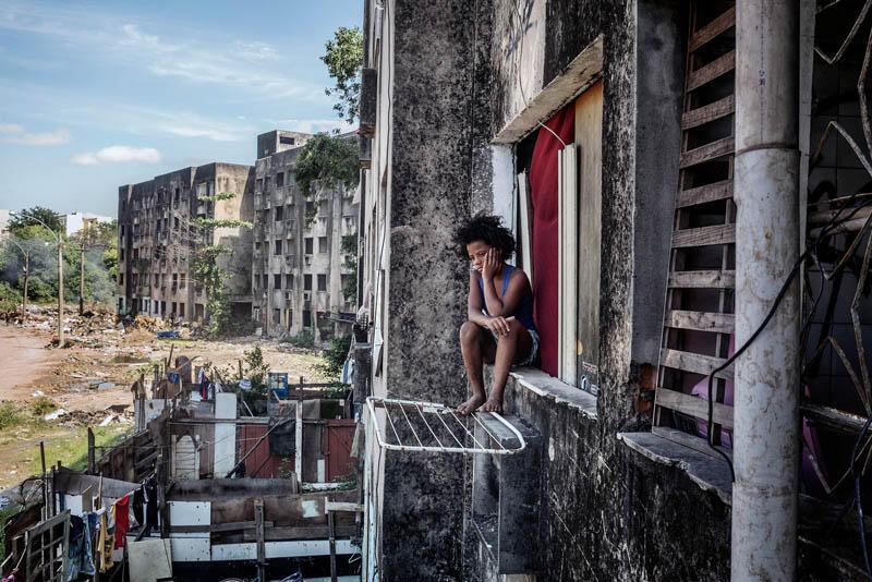 Foto de Peter Bauzade de criança sem-teto no complexo Jambalaya, no Rio