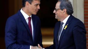 O Primeiro Ministro da Espanha, Pedro Sanchez, cumprimenta o líder catalão pró-independência Quim Torra, no Palácio de Moncloa, em Madri, Espanha, em 9 de julho de 2018.