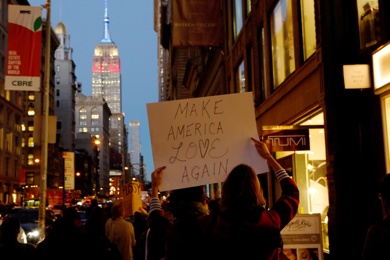 Terceira noite de protestos em Nova York contra a eleição de Donald Trump à presidência dos Estados Unidos.