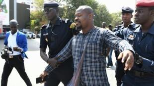 L'activiste sénégalais Guy Marius Sagna réagit à une précédente arrestation durant une manifestation devant l'Assemblée nationale, à Dakar, le 4 mai 2019 (photo d'illustration).