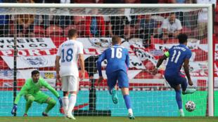 L'attaquant anglais Marcus Rashford (d) transforme son penalty lors du match amical contre la Roumanie, à Middlesbrough, le 6 juin 2021