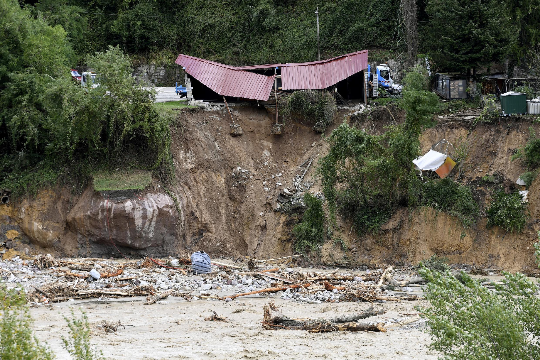 Esta vista general muestra edificios dañados en las orillas del río Vesubie cerca de Roquebilliere, en el sureste de Francia, el 3 de octubre de 2020, después de que las aguas del río subieron e inundaron la ciudad en el departamento de los Alpes Marítimos