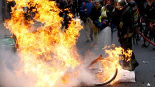 第四波黃背心行動,示威者在巴黎點火