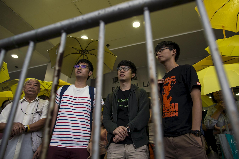 Các lãnh tụ sinh viên Châu Vĩnh Khang ( Alex Chow ), La Quán Thông (Nathan Law) và Hoàng Chi Phong - REUTERS /Tyrone Siu