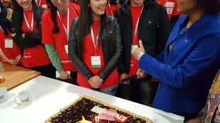 Michaëlle Jean fête avec les jeunes de l'Innovathon les deux ans de Libres Ensemble, à Tanger le 10 mars 2018.