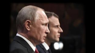ولادیمیر پوتین رئیس جمهوری روسیه و امانوئل ماکرون، رئیس جمهوری فرانسه - تصویر آرشیوی