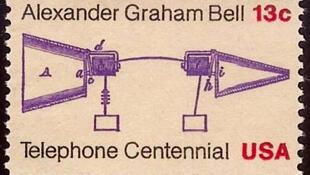 តែមប្រិ៍ប្រៃសណីយ៍ ដែលបង្ហាញពីគំនូសបំព្រួញនៃប្រព័ន្ធទូរស័ព្ទដើមដំបូងបង្កើតឡើងដោយលោក អាឡិចសាន់ដ័រ ហ្ក្រាហាំ ប៊ែល (Alexander Graham Bell)
