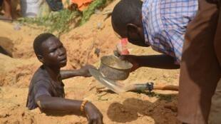 Des chercheurs d'or sur un site du Niger le 25 avril 2017.