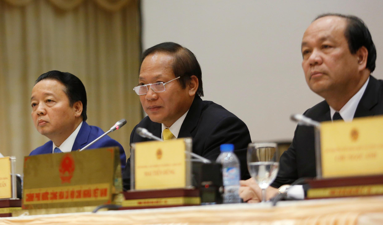Các bộ trưởng Môi Trường Trần Hồng Hà (T), Thông Tin Truyền Thông Trương Minh Tuấn (G) và chủ nhiệm văn phòng chính phủ Mai Tiến Dũng họp báo tại Hà Nội ngày 30/06/2016 về vụ Formosa