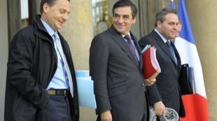 Eric Besson, ministre de l'Industrie (G), François Fillon, le Premier ministre (C) et  Xavier Bertrand, ministre du travail sur le perron du Palais de l'Elysée, le 24 novembre 2010.