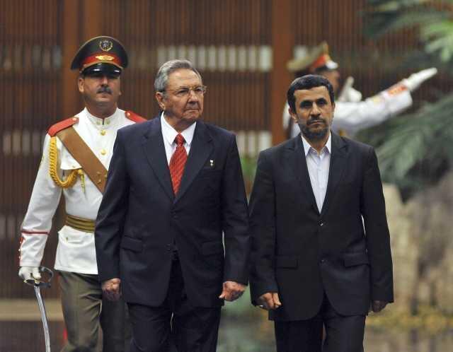 El presidente de Irán, Mahmud Ahmadinejad, y su par cubano, Raúl Castro, pasan revista a la guardia de honor en el Palacio de la Revolución en la Habana, el 11 de enero de 2012.