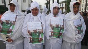 En novembre 2011 déjà, des jeunes diplômés manifestaient contre la vie chère et le chômage, devant le Parlement à Rabat.