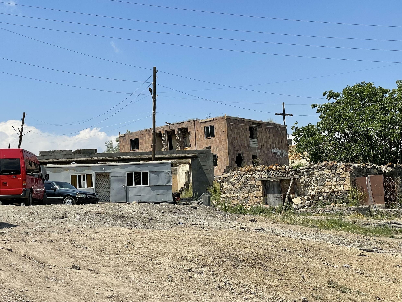 В верхней части Шурнуха для беженцев из Карабаха восстанавливают поврежденное во время первой войны зданий. Сюникская область. Армения. 13 июня 2021 год