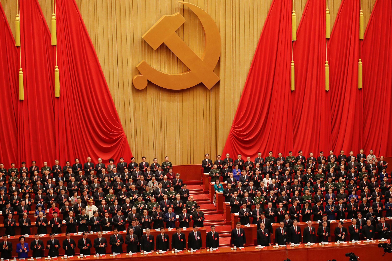 Си Цзиньпин (в центре) и делегаты съезда КПК в Пекине, 18 октября 2018 года.
