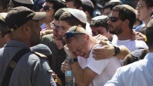 Les amis et parents de l'un des trois jeunes, Gil-Ad Shaer, lors de son enterrement dans la colonie de Talmon en Cisjordanie, le 1er juillet 2014.