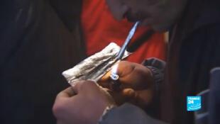 Un fumeur d'héroïne dans les rues de Tanger (capture vidéo).