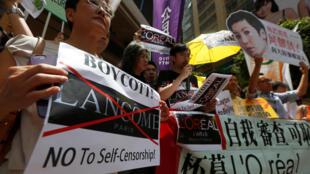 圖為香港民眾抗議奧萊雅與蘭蔻品牌唯利忘義放棄維護尊嚴
