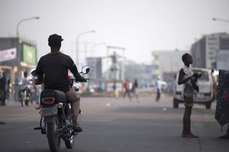 Les rues étaient exceptionnellement presque vides à Kinshasa, lors de l'opération «ville morte» appelée par l'opposition et la société civile mardi 16 février. Trois étudiants sont accusés d'incitation à la désobéissance civile.