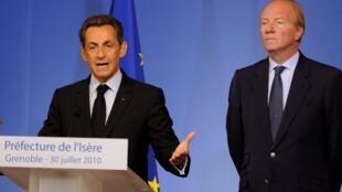 O presidente Nicolas Sarkozy (à Esq.), em discurso na secretaria de Segurança Pública da cidade de Grenoble, junto com o Ministro do Interior, Brice Hortefeux.