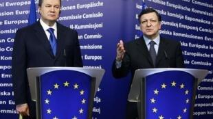 Le président ukrainien, Viktor Ianoukovitch (g) et le président de la Commission européenne, José Manuel Barroso (d), à Bruxelles, le 1er mars 2010.