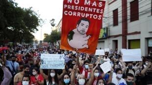 Protesta contra el gobierno del presidente Mario Abdo Benítez en respuesta a la escasez de medicamentos para los pacientes de COVID-19 en los hospitales y la baja disponibilidad de la vacuna contra el nuevo coronavirus, en Asunción, Paraguay, el sábado 6 de marzo de 2021.