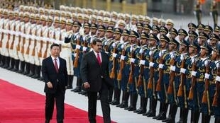 O presidente chinês, Xi Jinping, caminha ao lado do presidente da Venezuela, Nicolas Maduro, durante sua cerimônia de boas-vindas em Pequim, China, em 14 de setembro de 2018