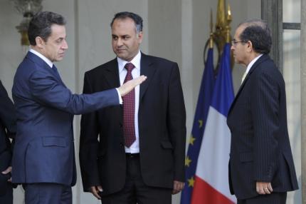 El presidente francés, Nicolas Sarkozy, con los emisarios de la oposición libia tras su reunión en El Elíseo, en París.