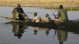 Des soldats maliens transportent des hommes accusés d'avoir collaboré avec le Mujao, à Kadji, le 2 mars 2013.