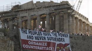 Militantes colocam faixa de protesto diante da Acrópole, em Atenas.
