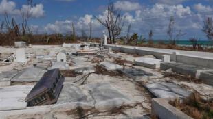 Le cimetière de High Rock après le passage de l'Ouragan Dorian.
