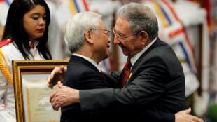 Chủ tịch Cuba Raul Castro (P) tiếp tổng bí thư đảng Cộng Sản Việt Nam Nguyễn Phú Trọng tại La Habana, ngày 29/03/2018.