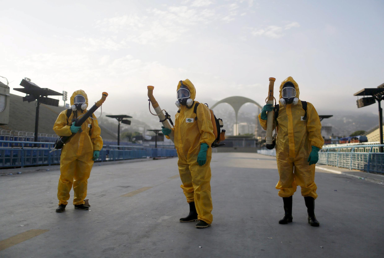 Funcionários municipais dedetizam o sambódromo do Rio de Janeiro, no combate ao zika vírus. Imagem de janeiro de 2016.