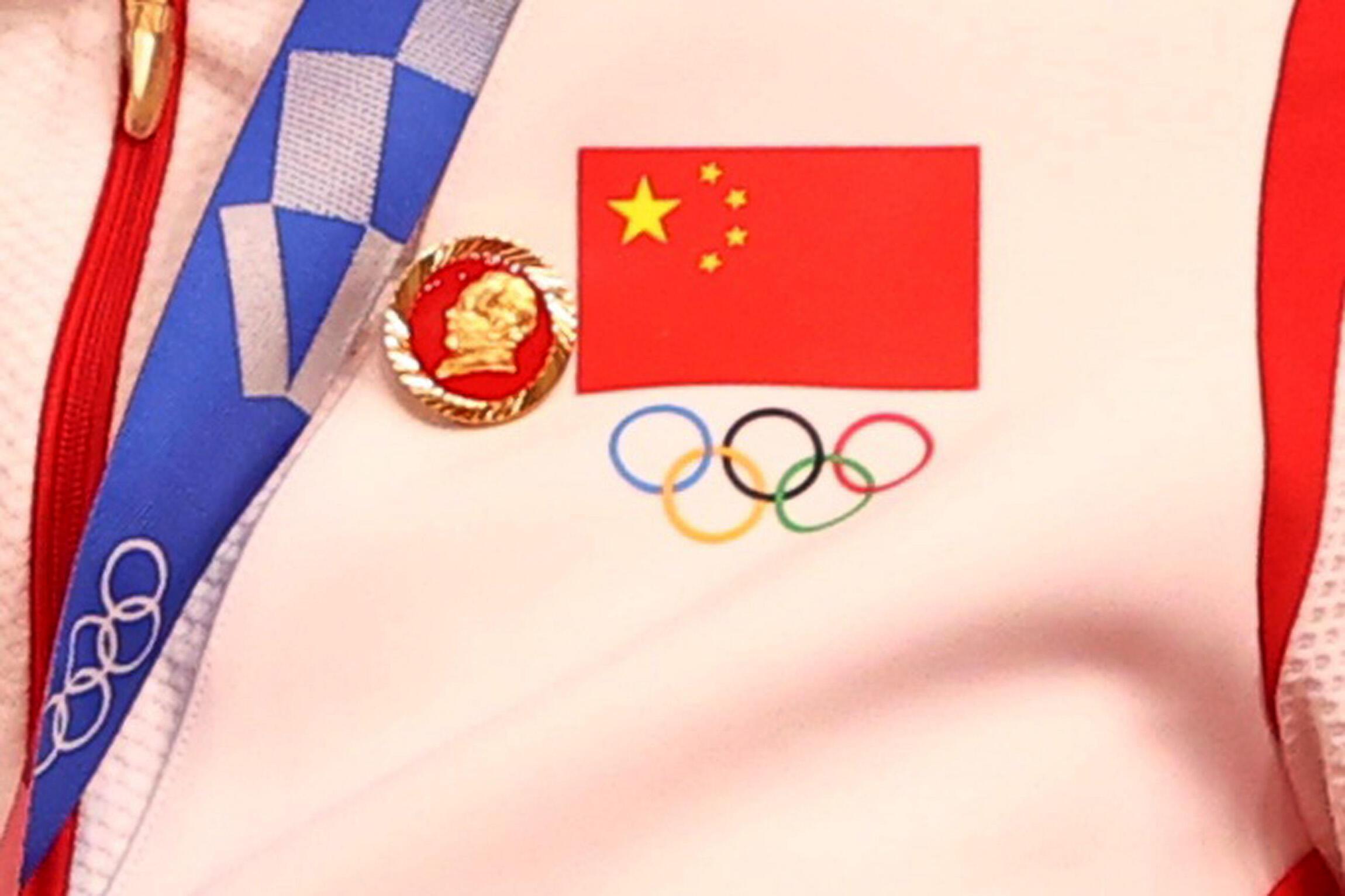 中国自行车金牌选手在奥运颁奖典礼上戴着毛泽东像章