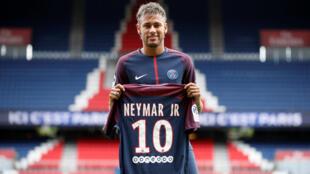 Neymar posa con la camiseta de su nuevo equipo el París Saint-Germain el 4 de agosto de 2017.