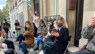"""Manifestantes levam cadeiras e sentam na frente da embaixada da Turquia em Paris para manifestar contra """"Sofagate"""" em apoio a Úrsula von der Leyen, em 12 de abril de 2021."""