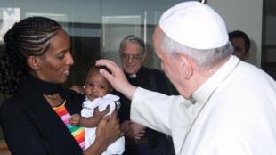 Le pape François reçoit la chrétienne soudanaise accusée d'apostasie dans son pays, Meriam Yahia Ibrahim Ishag, et sa fille, le 24 juillet 2014, au Vatican.
